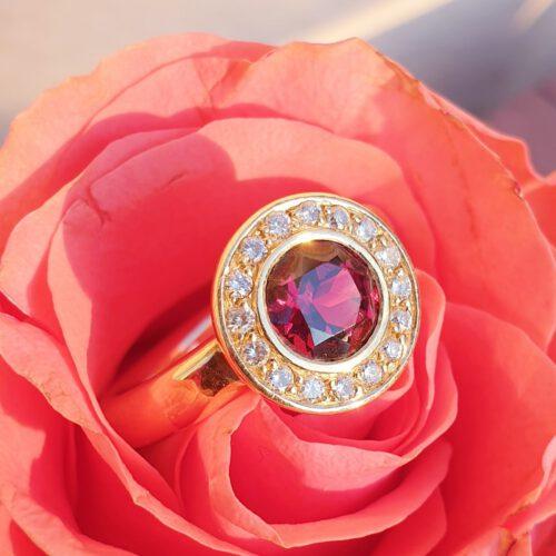 Ring mit Brillanten, Granat in 750 Gold